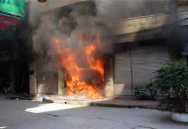 市立旁快餐店起火幸亏他及时出现,事后拍拍脸上的灰就走了