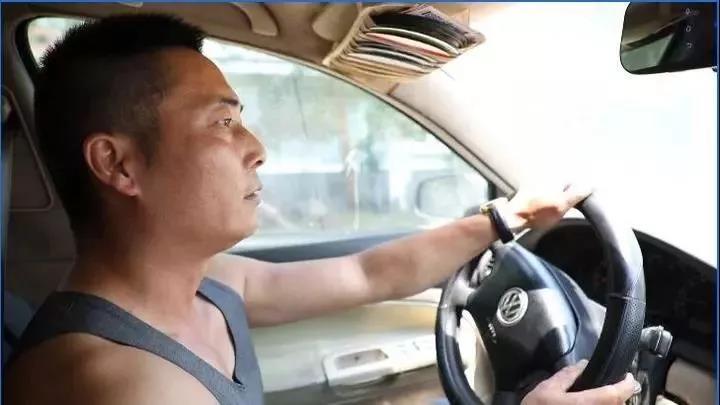 """大货车""""无人驾驶""""溜坡,越溜越快!他飞身追车救险"""