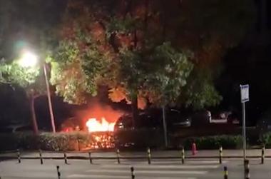 人民医院急诊对面的停车场,有辆车子自燃了