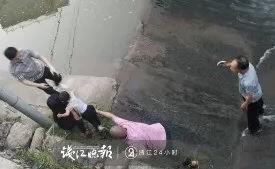 姑姑带娃遛弯时玩手机,3岁侄子骑着童车冲进河里!紧急关头……