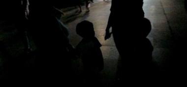 俩孩子大晚上在玉屏公园哭,多亏机智的我打了个电话