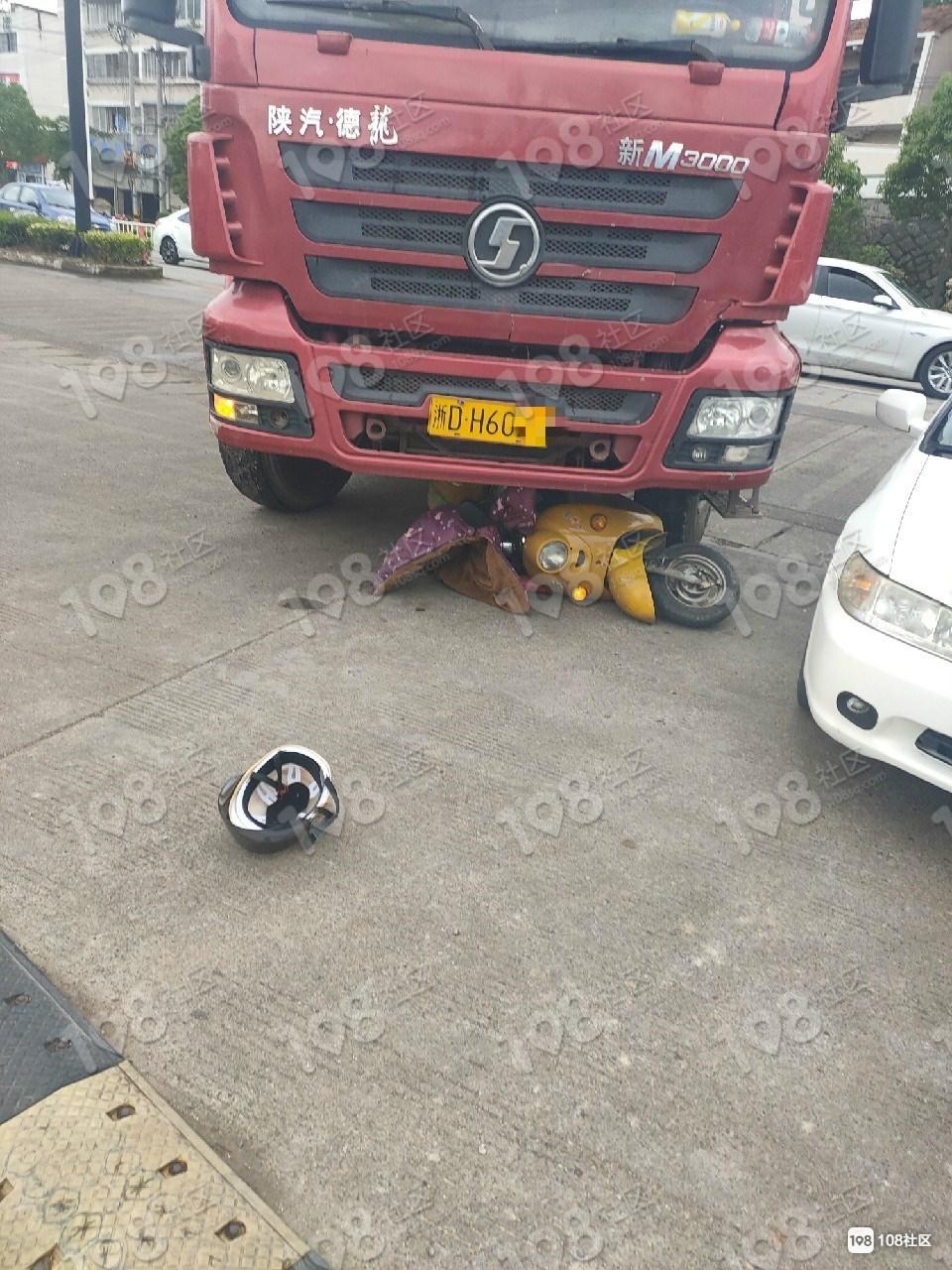 新昌多起车祸!一车发动机撞掉,两电瓶车被压大车底