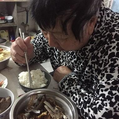 奶奶现在才吃饭