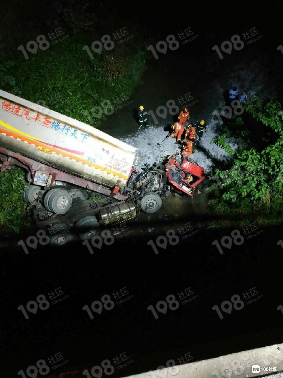 双彩石子车冲下桥车头被埋!3辆消防车连夜挖了4小时