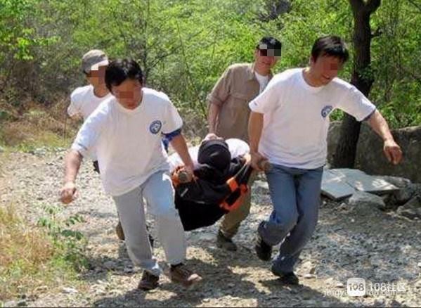 争分夺秒!茅洋农民被毒蛇咬伤,轿车救护车救援接力