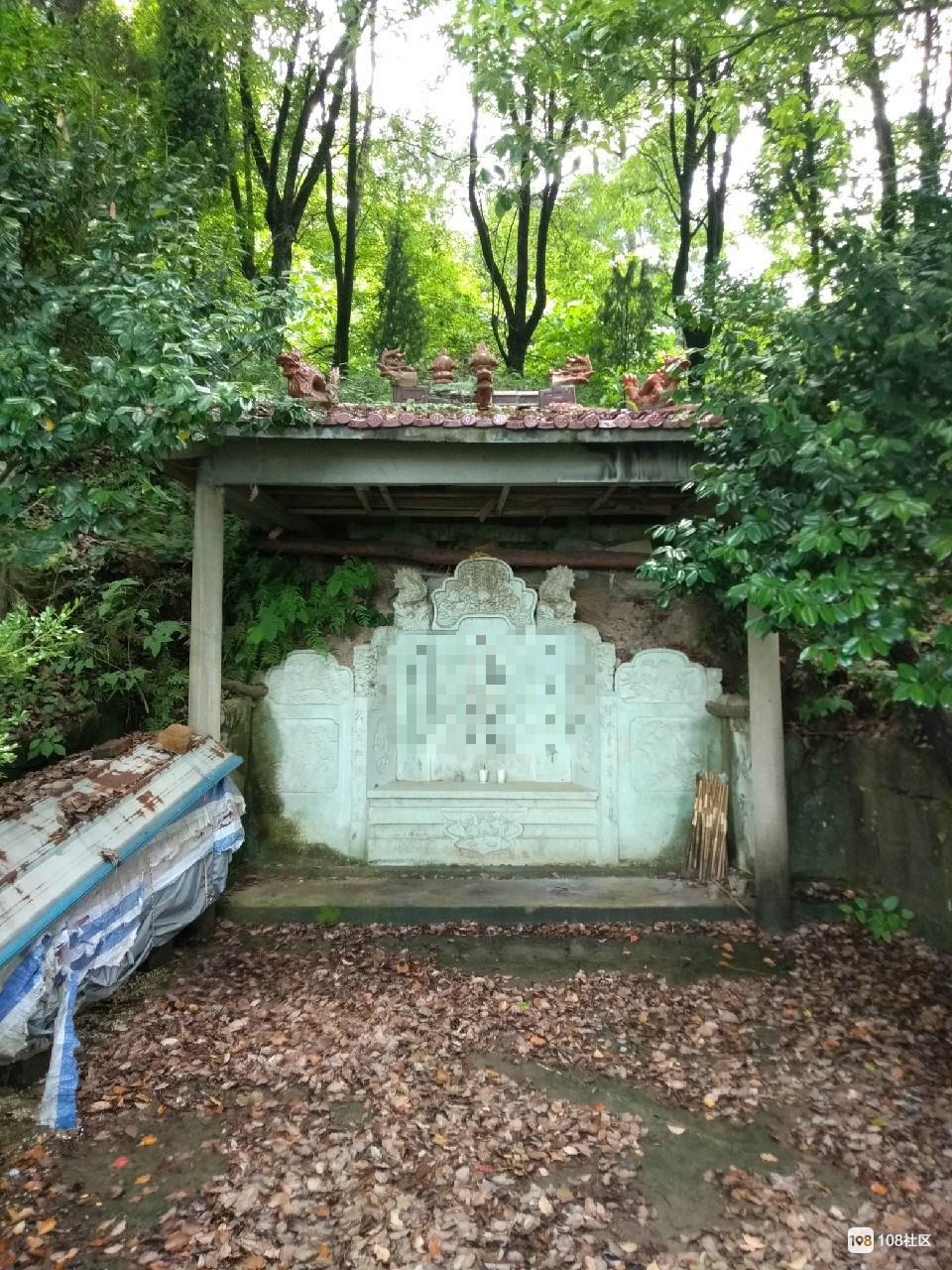 有钱人坟墓都修得壮观,穷人的却这么原始,长满青草