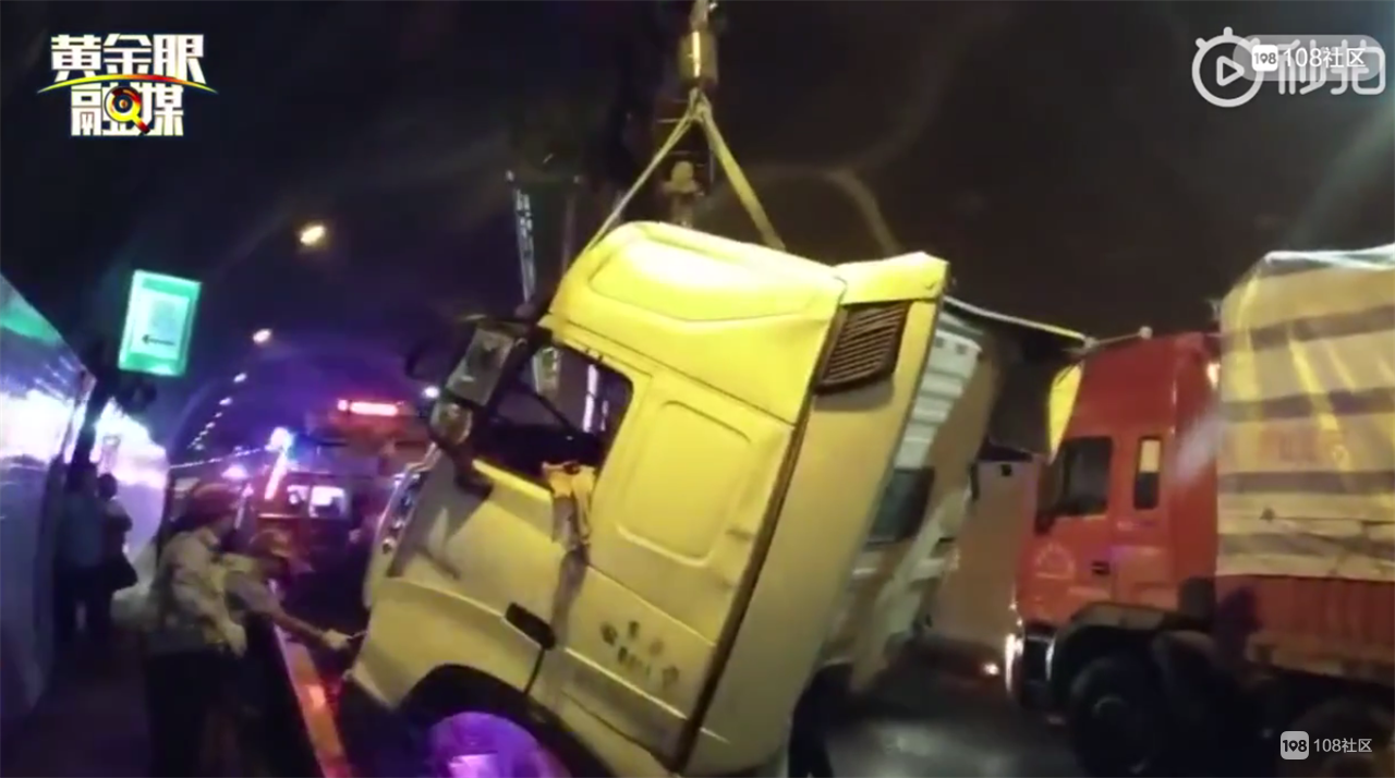 衢州高速仙霞关隧道两货车追尾,大货车车头被撞飞!