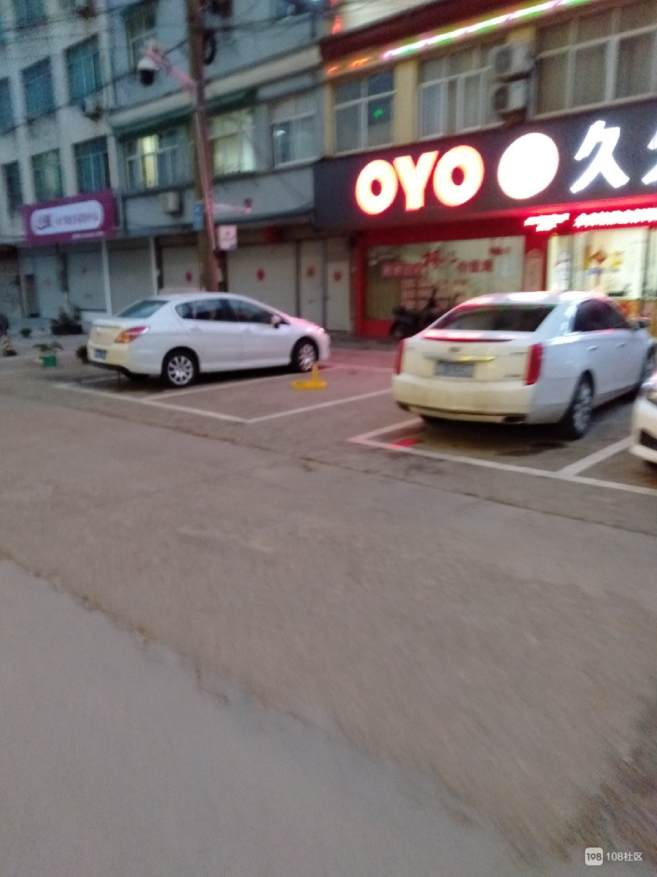曝光:沈家多家店铺门口私装地锁,强占公共车位