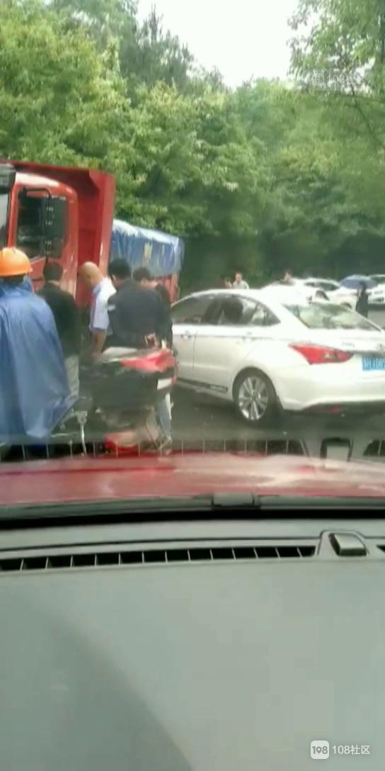 小湖南一轿车急转弯撞上大货车,气囊全弹出来了!