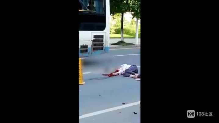 触目惊心:江山街头一男子被撞倒地,鲜血直流