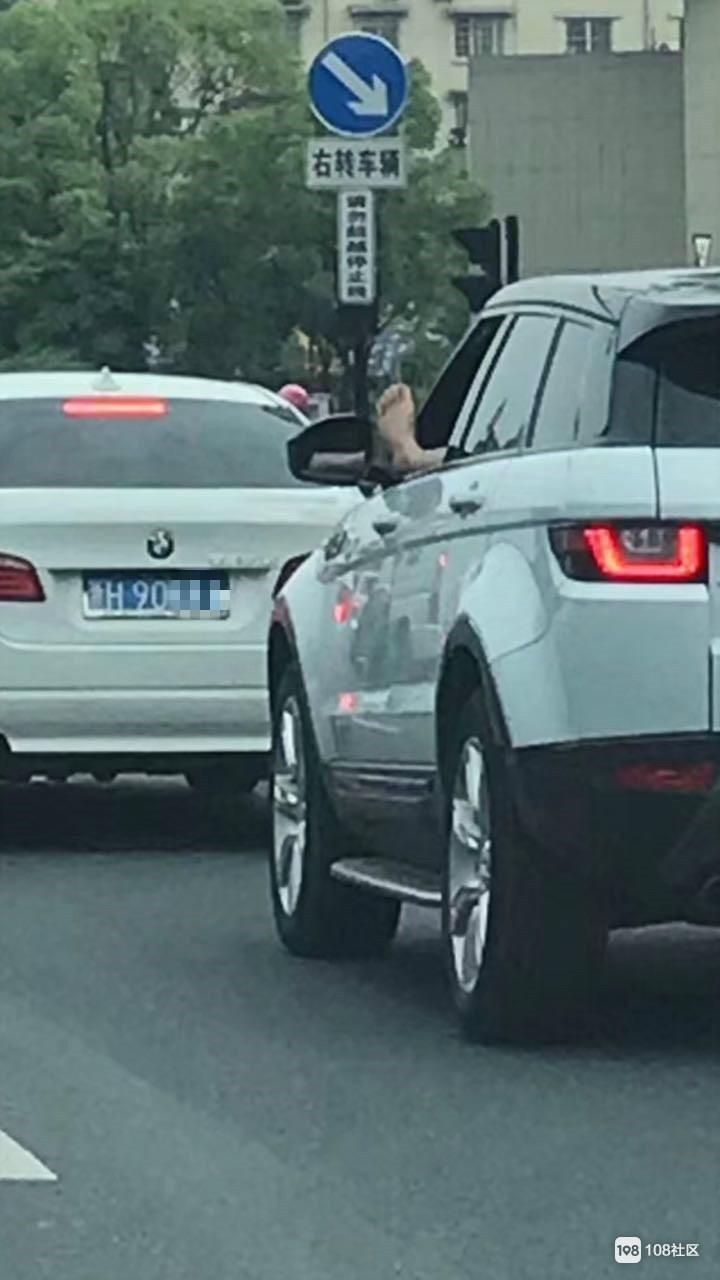 开车时竟然一只脚伸出窗外!衢州这司机车技了得啊