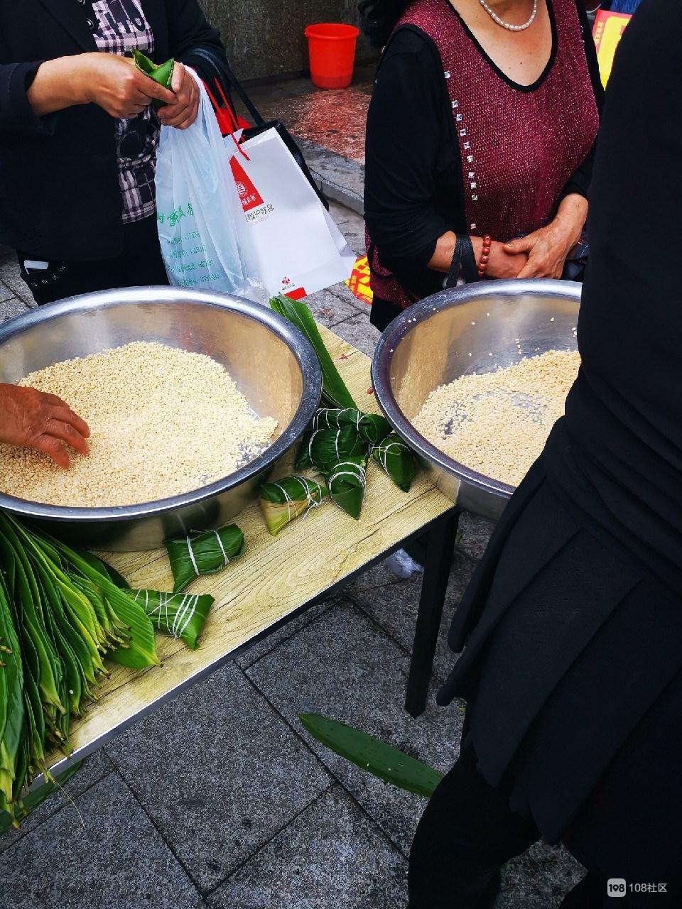 好热闹:大洲菜市场有包粽子比赛,包好还能带走!