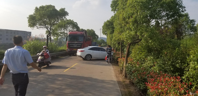 黄坛口下班路上偶遇车祸,一白车撞树占据了整个车道!