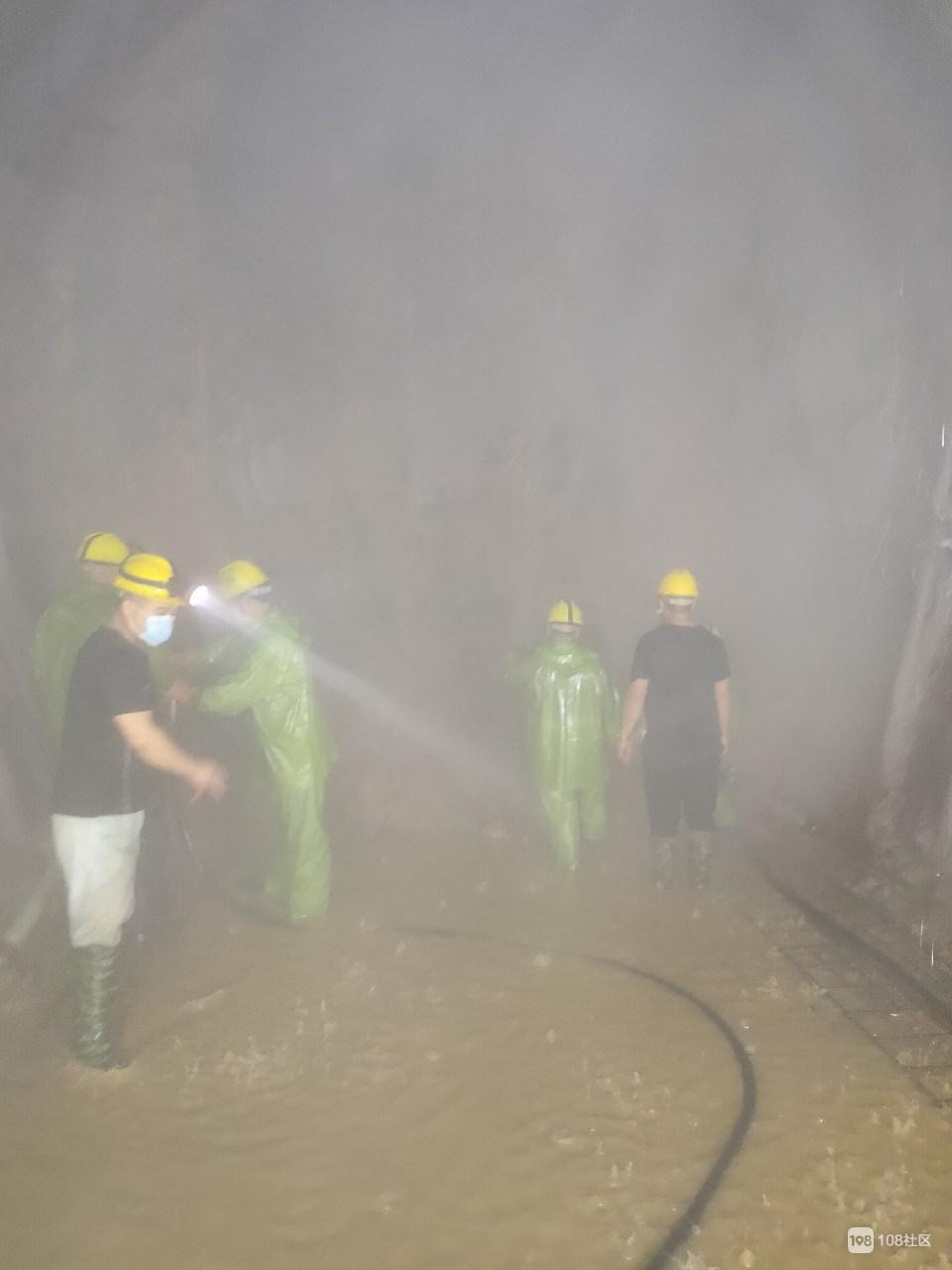 新昌小伙在地底做这工作,衣服淋湿,差点冻死在夏天
