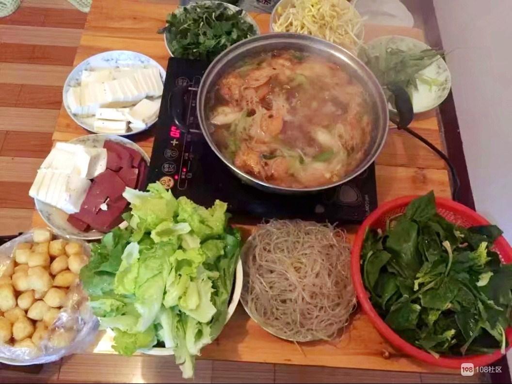 鲜虾汤底已经冒起热气,等朋友来一起吃自制火锅