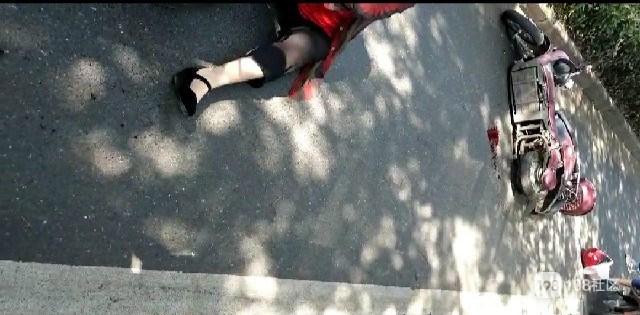 血迹斑斑!衢城街头两电瓶车相撞,其中一男子竟带刀...