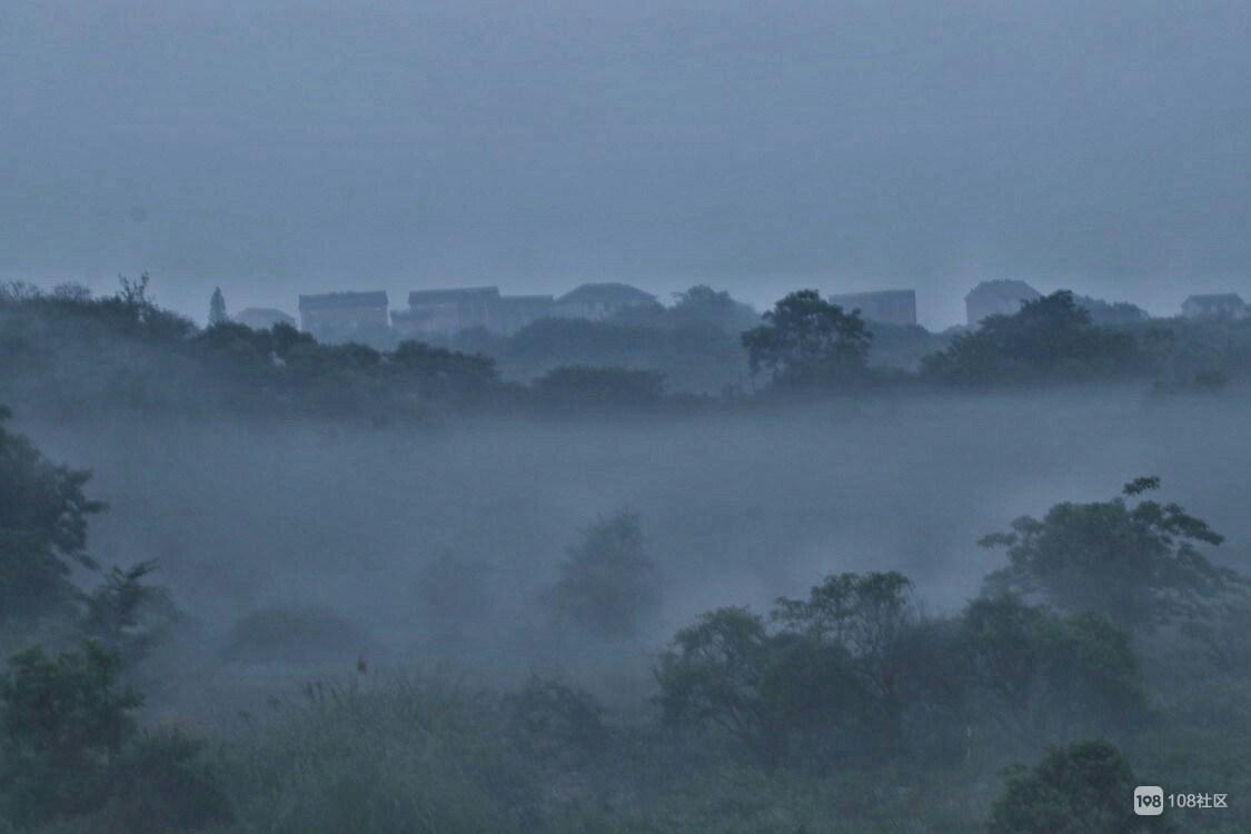 云雾缭绕;摄于6月4日早晨