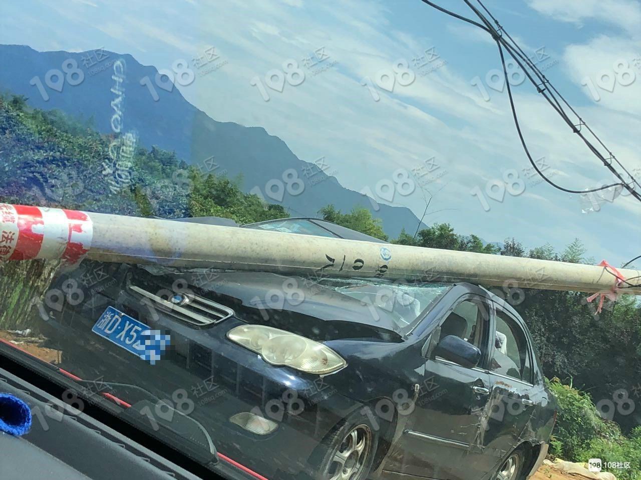 彭顶山高手司机撞断电线杆,汽车被腰斩!要赔好几万