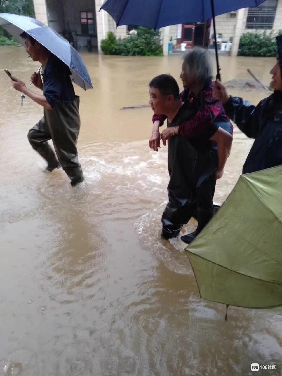 江山出现大暴雨天气,多个村被淹,水都到胸这了!