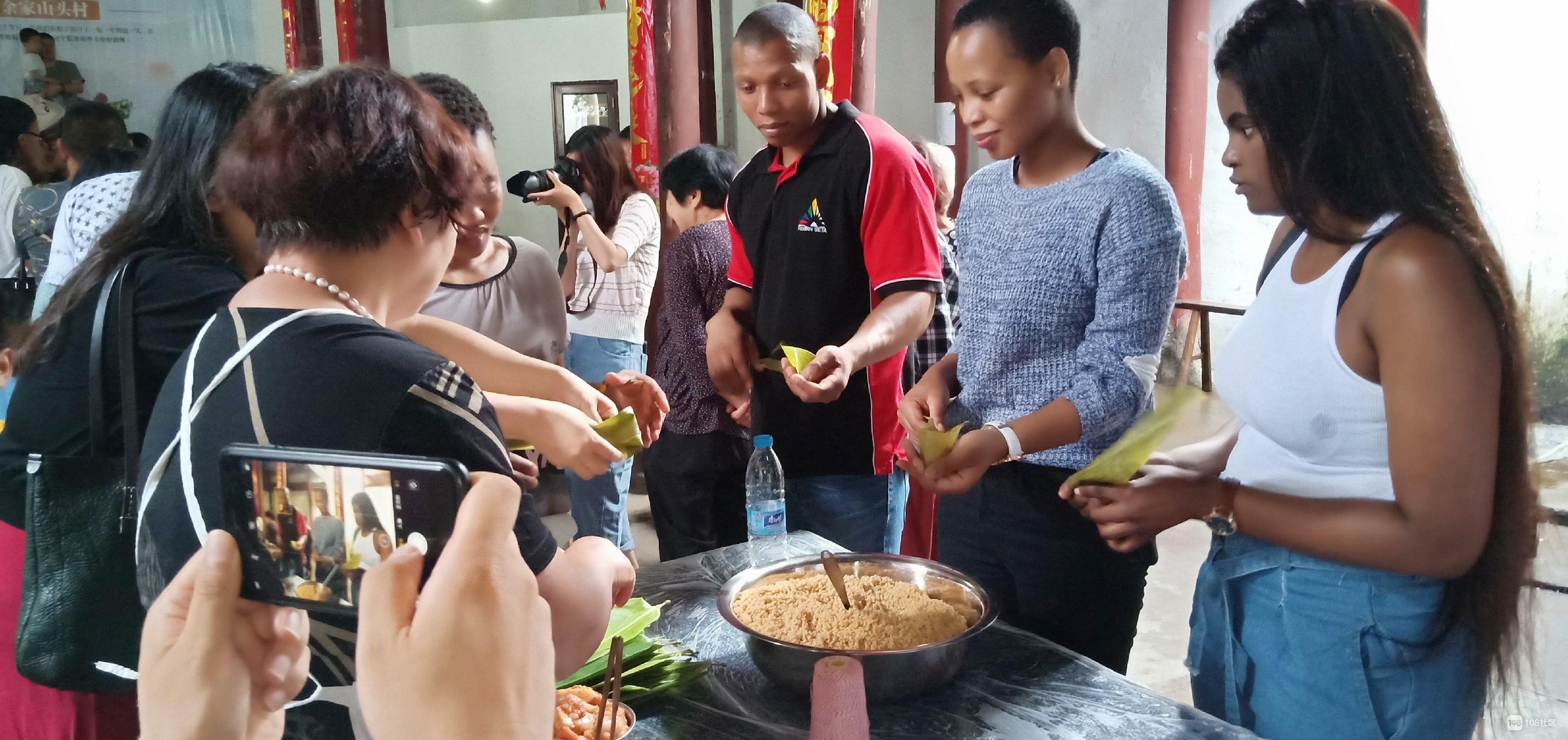 余家山头村不一样的端午节,国际友人加入包粽子行列!