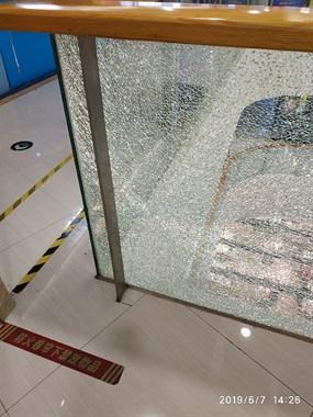太危险!鹿山广场钢化玻璃爆裂!家长们看好孩子千万别去碰
