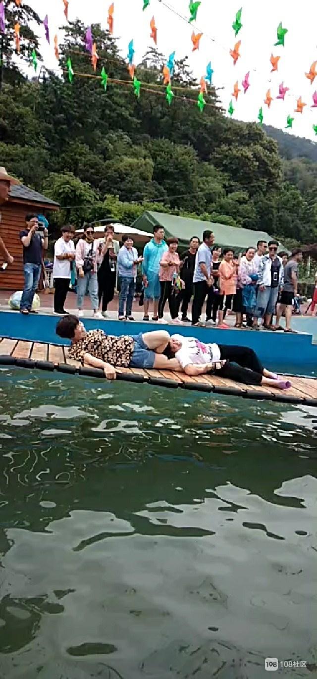 新昌新玩法?这地方一群男女水上或坐或卧,摇来荡去
