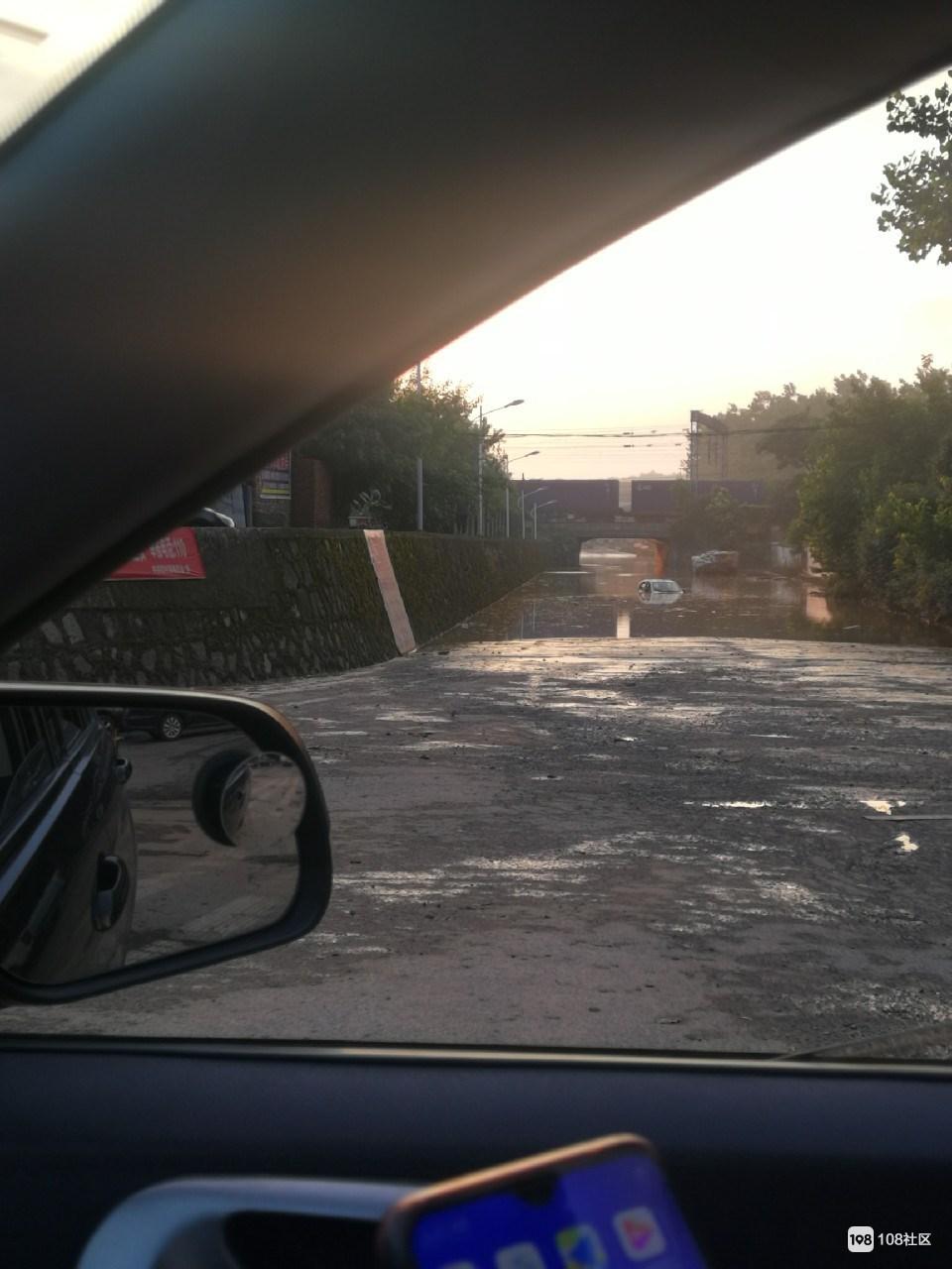 同学开车经过水深的地方,为走捷径结果这样了...