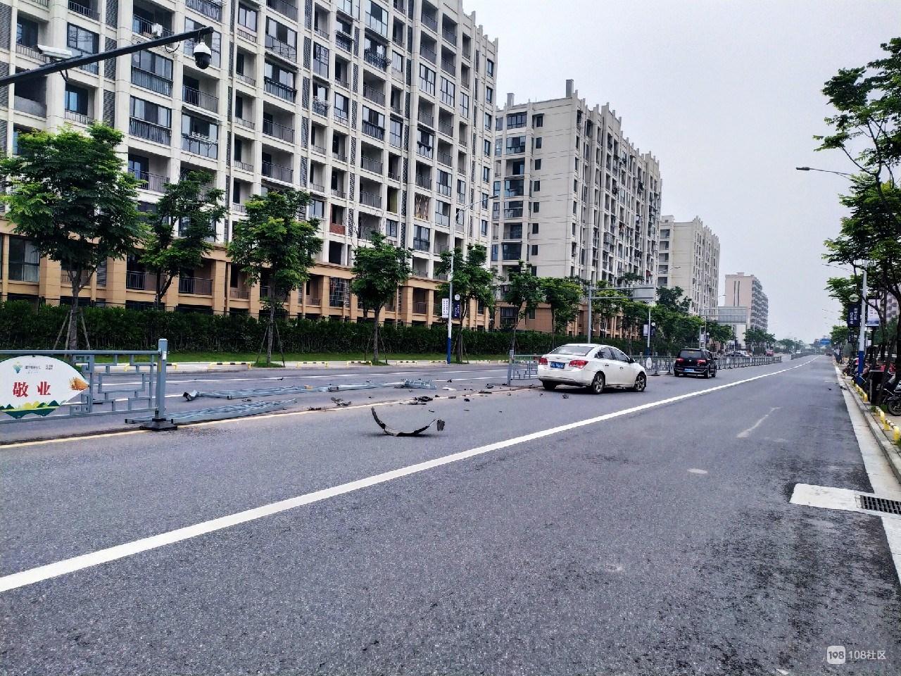 平安东路小汽车撞倒一大片隔离栏,顿时缺了个大口!