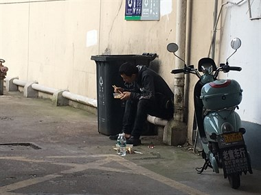 碰见一年轻小伙在捡垃圾吃,我给了他两个粽子和水