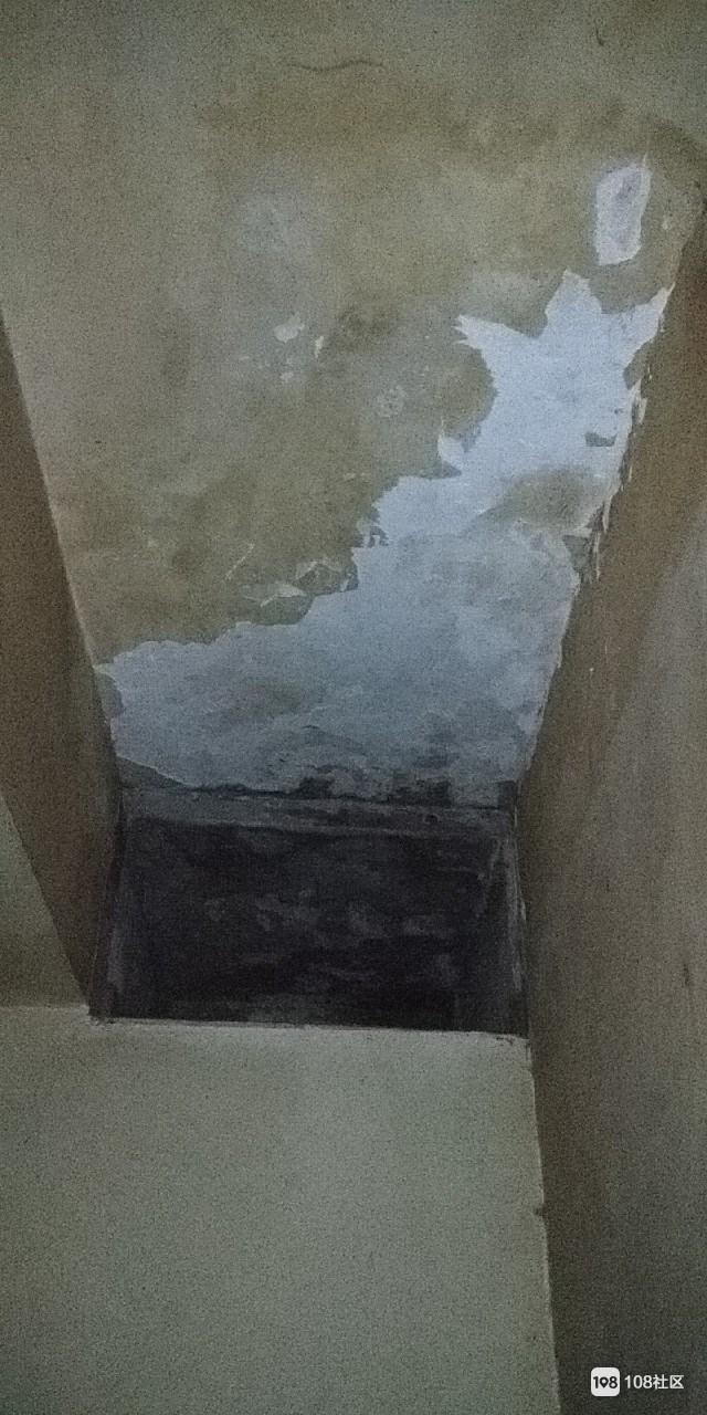 楼上漏水致我家长霉发黑一大片,几十万的房子啊!