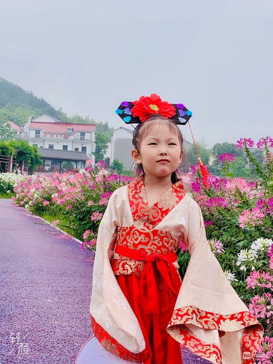 荆溪花海巧遇友人,其小女汉服加身娇憨可爱!