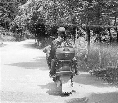 父爱如山!衢州残疾男子每天骑行近百里送儿子上学