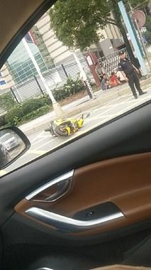 刚刚!武夷名仕园两车相撞,一小朋友躺在路边伤势不明