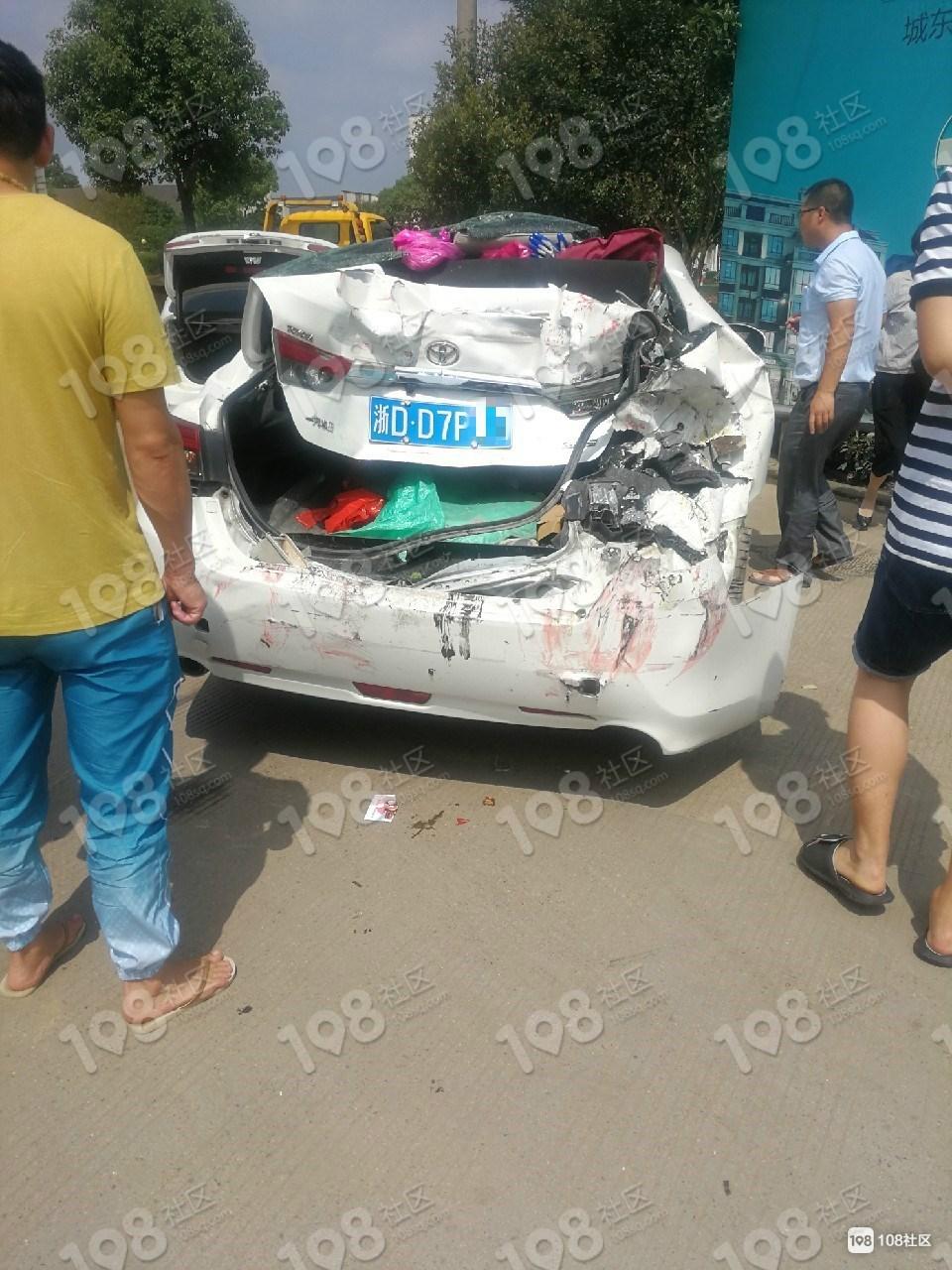 王家园4车连环相撞,一白色小车半截都被工程车碾碎