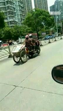 南平这摩托不简单!化身拖车在路上飞驰,看着都危险