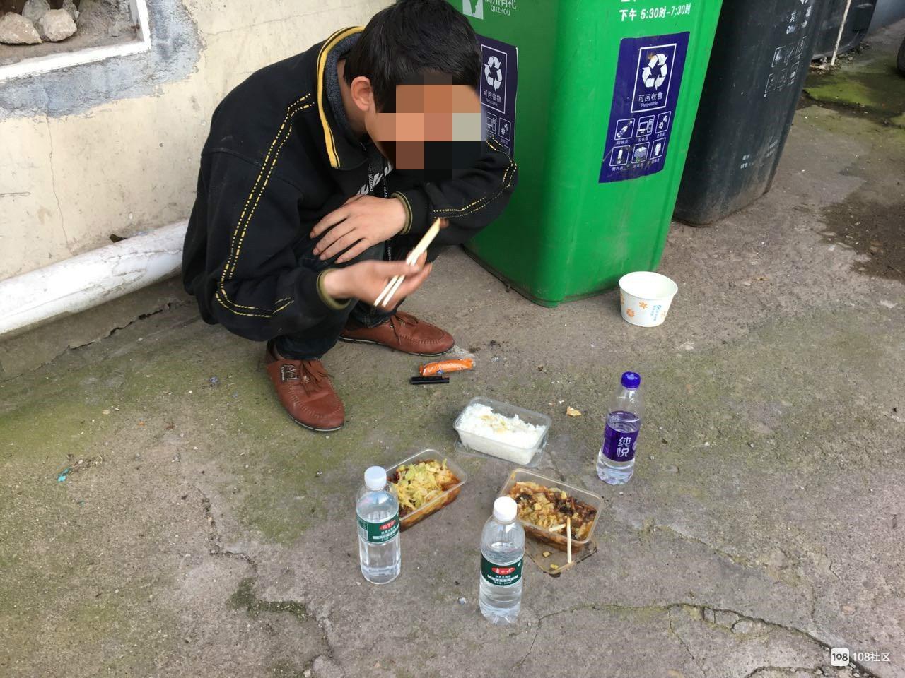 捡垃圾吃的小伙又来了,疑患精神疾病,110会受理吗?