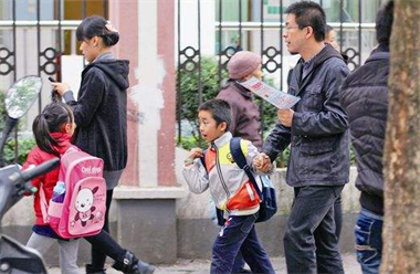 瓷都俩小孩独自走在街上 原来是从幼儿园偷偷溜出来…