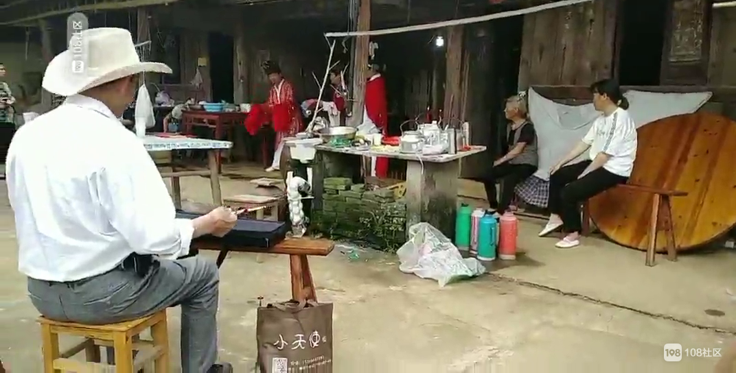 传统对亲人的思念!东茗送走老人,家里搭起台子来