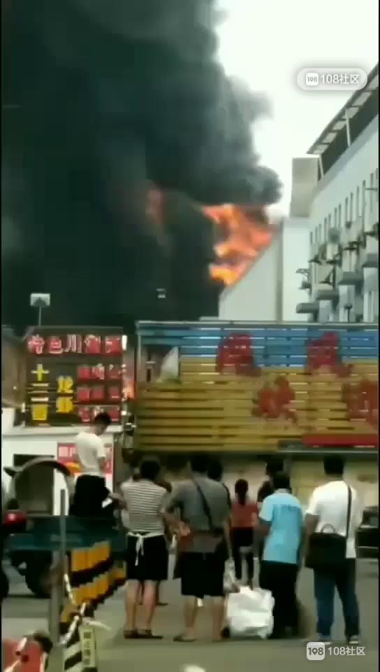 绍兴某厂突发大火,火光冲天!15辆消防车赶往现场