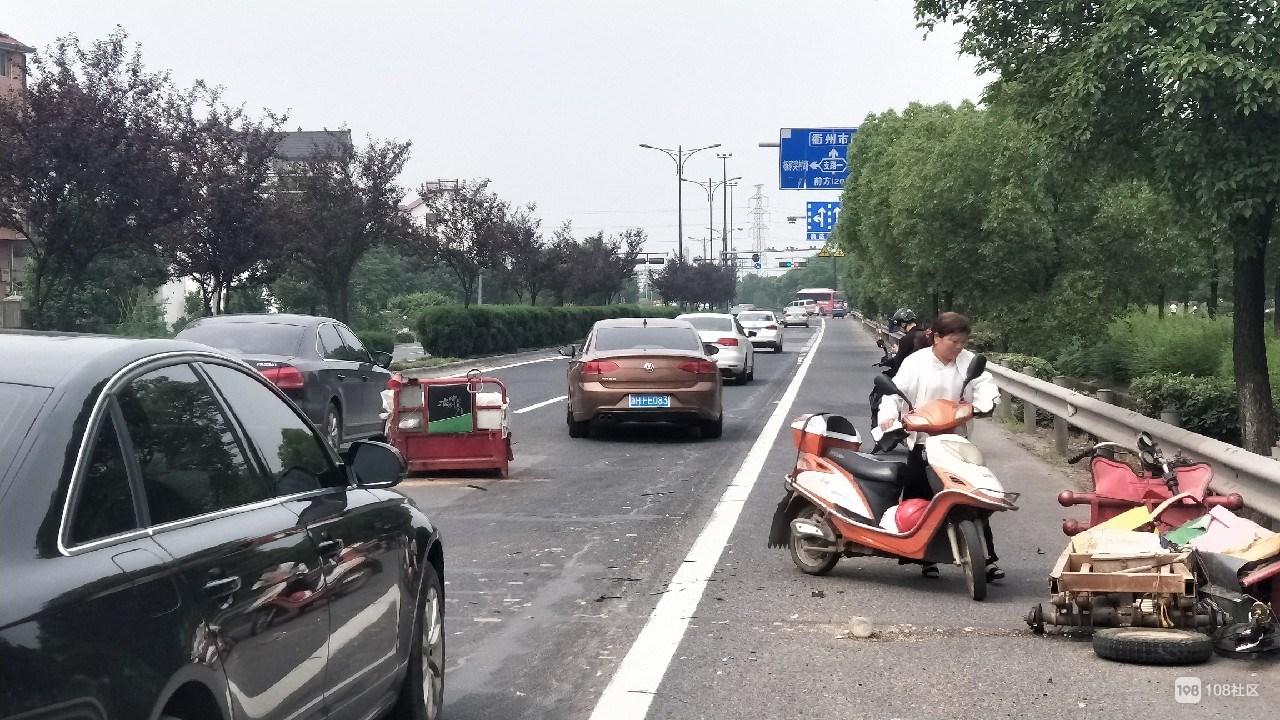 廿里公路段发生车祸,三轮车车身分离已经报废!