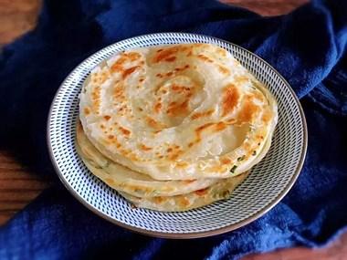 外酥里软的葱油饼出锅了,一层又一层,好吃极了!