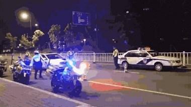 刷爆微信群!舟山一司机酒驾遇交警,无视拦截强行冲卡?