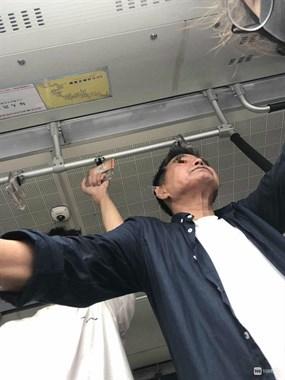 曝光绍兴公交车上这凶狠老人,对我老婆猛咳嗽下大雨还要开窗