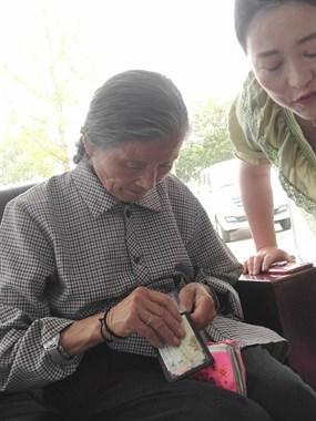 图影4S店遇一老奶奶走丢,热心社友相助,她终于归家!