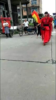 一群红衣美女撑着红伞游街,嘴里念念有词:清华北大考上去