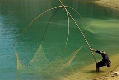 头戴斗笠撑着大网静坐水中央!这捕鱼姿势也太另类了