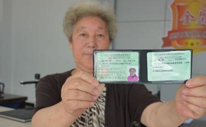 给跪!69岁奶奶考驾照,科目一科目三一把过!教练都惊呆了