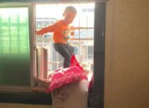 熊孩子爬上窗户好危险 镇巴佬忍不住给了一巴掌!