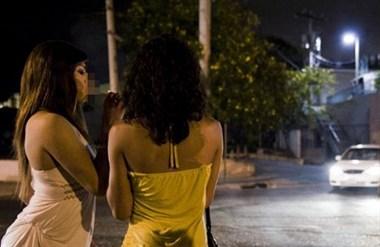 溪东街有好多这样的女人?白天路边假装等车,一到晚上就…