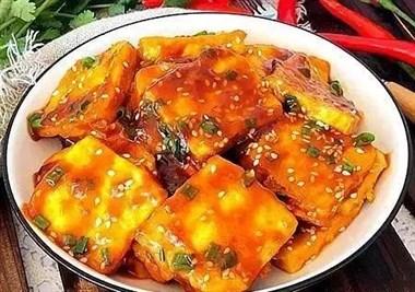 这道菜堪称下饭神器,嫩滑的豆腐吸附着酸甜的汤汁,爽口又开胃